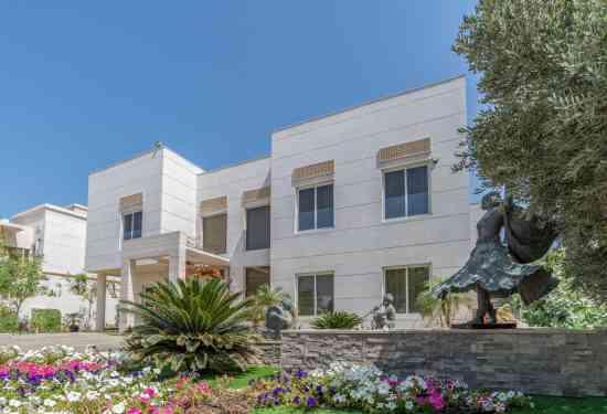 Luxury Property Dubai 5 Bedroom Villa for sale in Sector V Emirates Hills