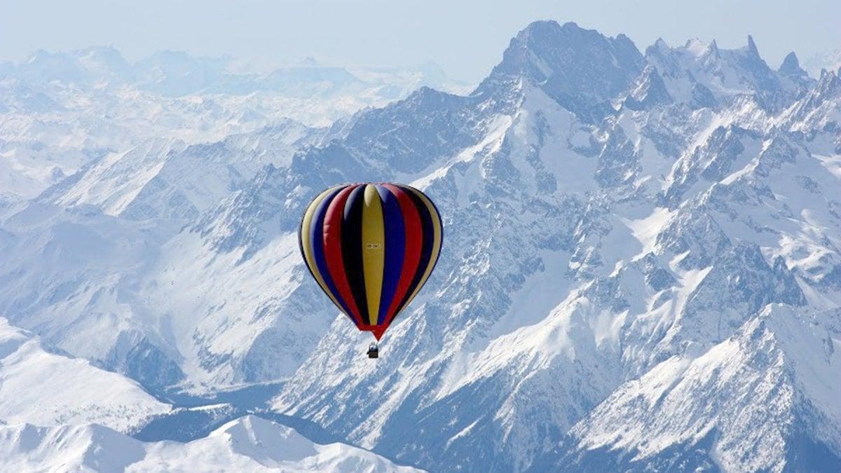 Hot_Air_Balloon_Over_Mount_Everest